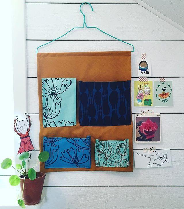 Väggförvaring för småsaker. Fickorna består av mitt handtryckta tyg. / For small things. The pockets is made of my handprinted fabric. #homedecor #handtryckttyg #screentryck #screenprint #nellydesign #nellynilssonnyberg #mönster #pattern #förvaring #scandinaviandesign #småskaligt #småskaligproduktion #inredning
