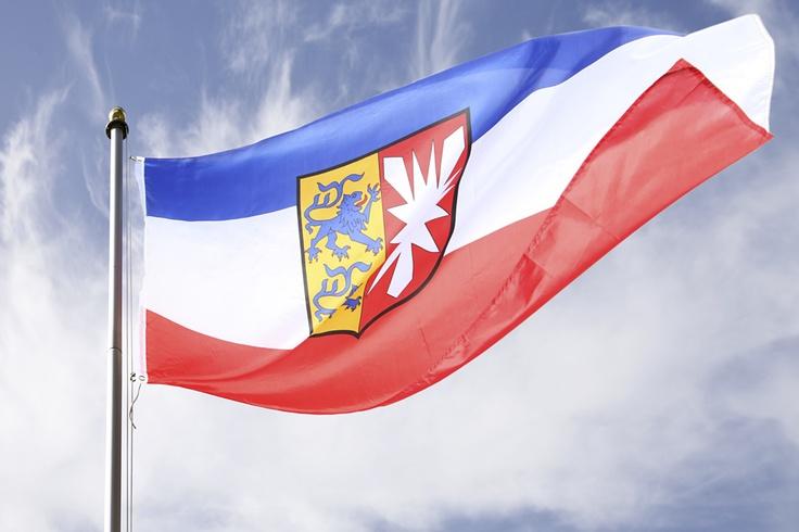 Zeigen Sie Ihre Liebe für Schleswig - Holstein, dem nördlichsten Land Deutschlands! Die große Landesflagge in blau - weiß - rot ist nicht nur was für echte Heimatfans, sondern auch für die, die es noch werden wollen. Ob für den heimischen Gebrauch, gesellschaftliche Ereignisse oder sportliche Veranstaltungen, diese Flagge zeigt Ihre Verbundenheit. Die Fahne eignet sich besonders als Eye Catcher für Ihren Garten und lässt sich dank integrierten Ösen leicht befestigen und hissen.