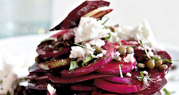 Opskrift: Rødbeder er smukke og har en dejlig smag af vinter - prøv dem her rå og i selskab med linser i en mættende og sund salat