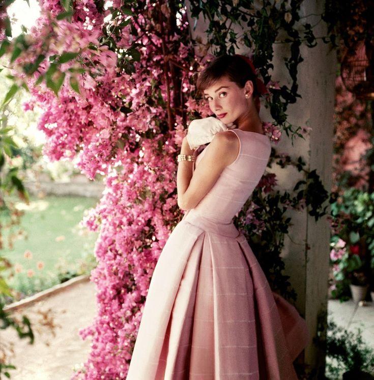 Audrey Hepburn dans une robe Givenchy, photographiée par Norman Parkinson en 1955. | Ces photos rares prouvent qu'Audrey Hepburn restera toujours une icône de mode