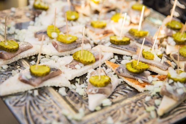 Serveer je hapjes met net wat extra aandacht op de uitstraling #hapjes #vis #haring #eten #diner #receptie #bruiloft #trouwen #inspiratie #real #wedding #inspiration Trouwen in het witte kerkje op Texel | ThePerfectWedding.nl | Fotografie: Vlot Fotografie
