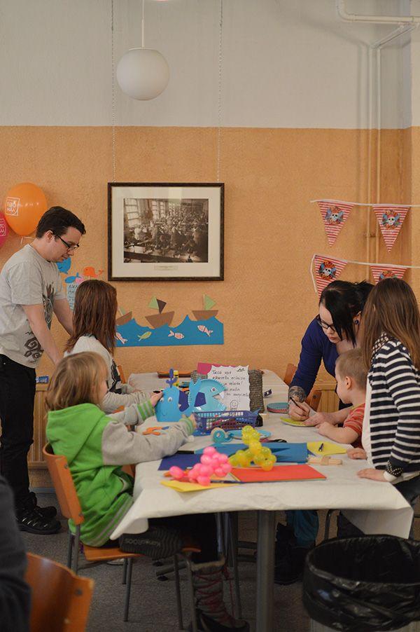 Askartelupajan ohjaajat auttavat lapsia. Oulu (Finland)