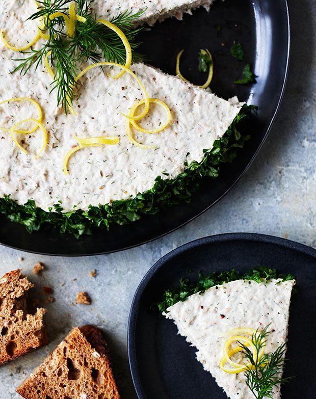 Tunmousse smager fantastisk og egner sig perfekt som forret til festlige lejligheder! Denne tunmousse skal laves dagen før, så du slipper for at stå med det hele i sidste øjeblik.
