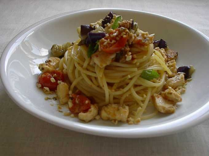 Ricetta Portata principale : Spaghetti con pesce spada, melanzane, pomodorini e granella di mandorle da Golosipasticci