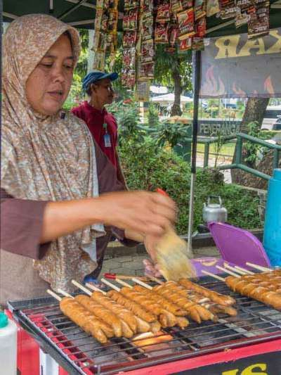 Uma das poucas vezes que provei comida de rua. Jakarta, Indonésia. Foto: Adriana Lage Viagem pelo sudeste asiático.  Clique na foto para saber mais detalhes ou acesse www.acamminare.com