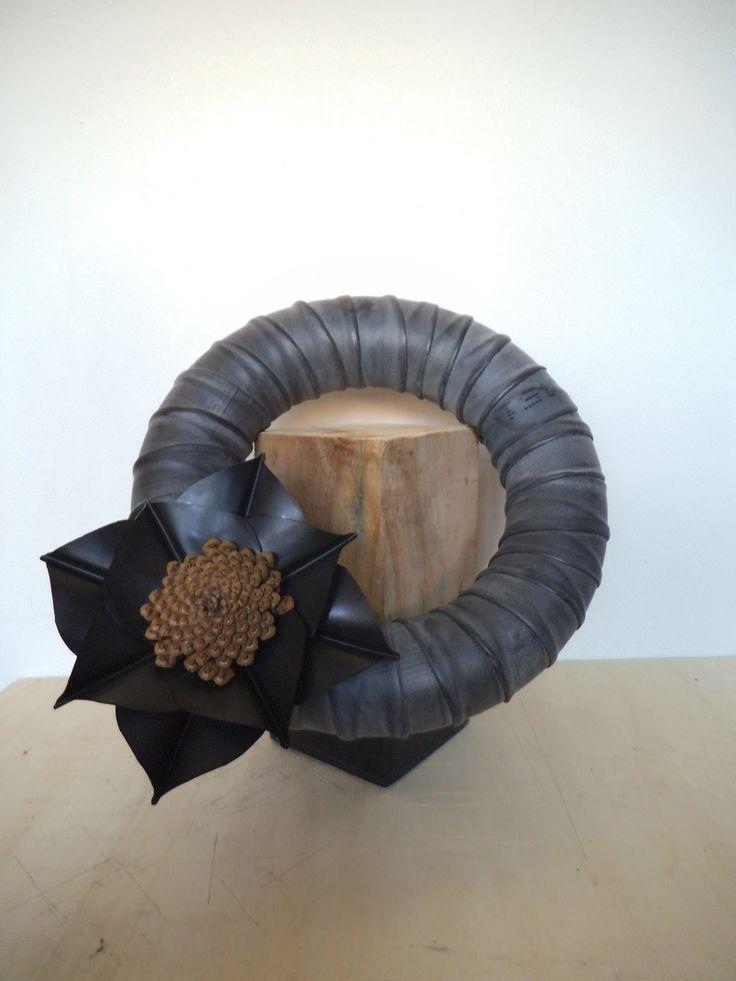 ring met bloem van fietsbanden op een houten paaltje