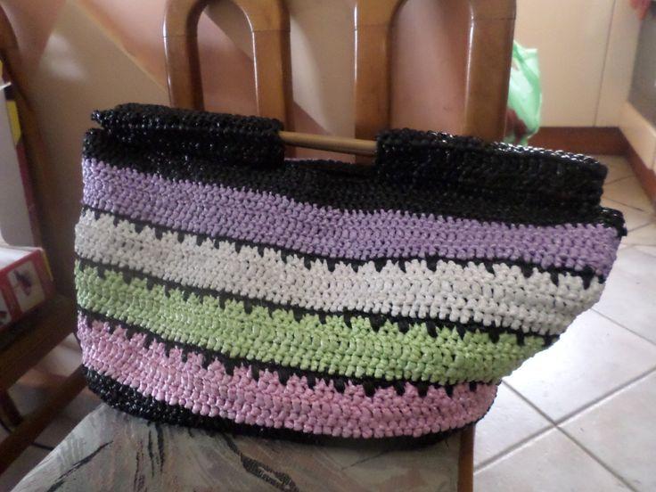 τσάντα από πλαστικές σακούλες και ξύλινα χερούλια. crochet bag from plastic grocery bags
