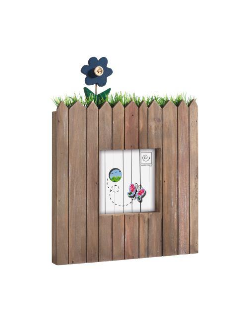 PORTAFOTO IN LEGNO A207   Portaritratti in legno da parete con top arricchito da erba sintetica e decorazione floreale in legno.