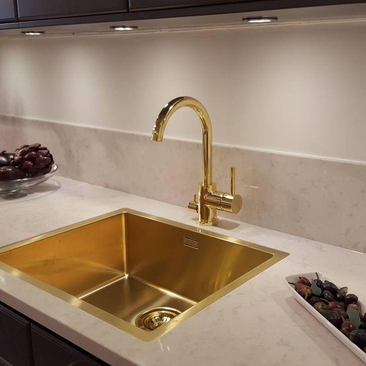 Quadrix 50 guld monterad i Silestone marmor skiva. #decosteel #kök #interiör #inredning #interior #disbänk #köksrenovering #köksinredning #inredare #sinks #mässing #diskho #guld #
