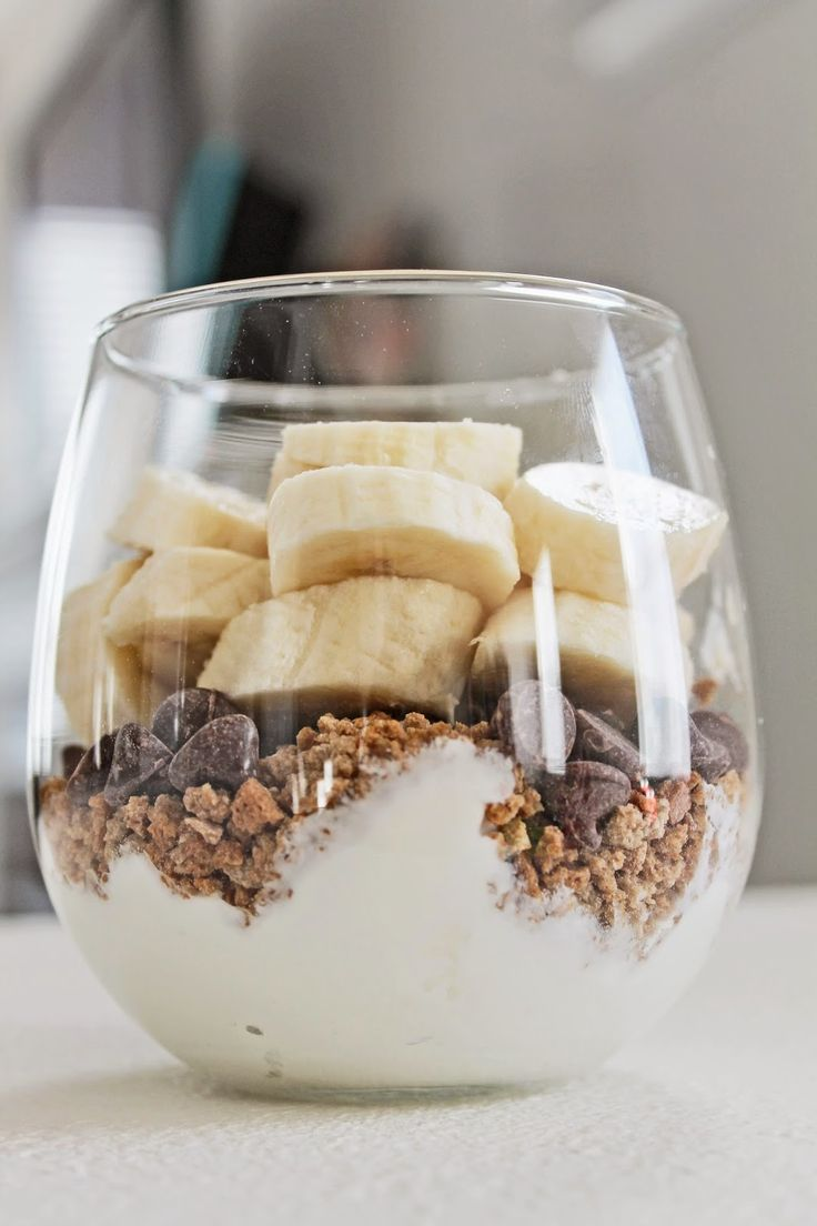 Easy and healthy yogurt parfait with gronola, dark chocolate chips and bananas. Yummy for breakfast.