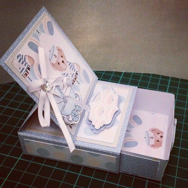 كرت وصندوق يصلح للهدايات الصغيره أو تحطين فيه فلوس كهديه أو توزيعات للمواليد أو أي مناسبات ولأنه صناعه يدويه ممكن تختارين اللون اللي Gift Wrapping Gifts Wrap