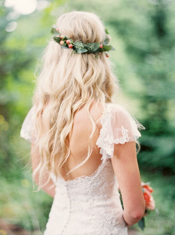 Relaxed and romantic | Photography: Tara Francis Photography - www.tarafrancisphotography.com  Read More: http://www.stylemepretty.com/2015/04/21/whimsical-oregon-city-wedding/