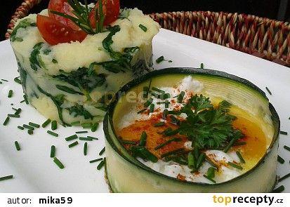 Bramborová kaše s rukolou a vejce v cuketové misce recept - TopRecepty.cz