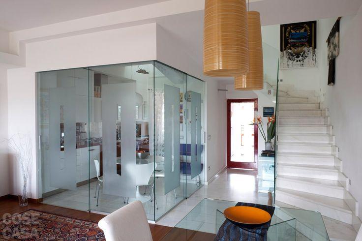 Con modifiche minime nella distribuzione e pochi interventi murari, l'appartamento su due livelli è diventato più moderno e fruibile. Tra le soluzioni, la cucina con pareti vetrate e una quinta in cartongesso che divide la camera.