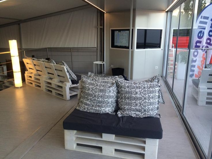 Sogeco International SA. Container 40' HC costruito con sponde laterali abbattibili a tutta lunghezza, 4 verricelli elettrici per il sistema di abbattimento e chiusura sponde, impianto elettrico completo, finiture interne, impianti. Installato su semirimorchio ed adibito ad Hospitality Motorsport.