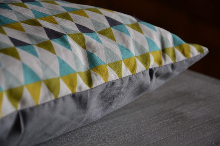 Coussin 40/40cm motifs triangles moutarde/anis/bleu et gris : Textiles et tapis par la-fabrique-aux-etoiles