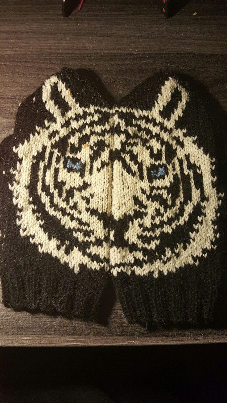Monochrome tygermittens pattern by Lumi Karmitsa knitted by me