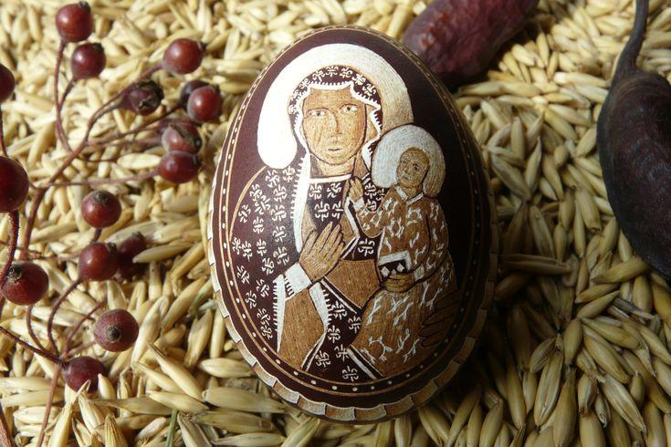 Pisanka drapana-kraszanka przedstawia wizerunek Matki Boskiej częstochowskiej