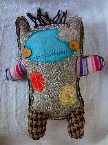 Karna Erickson - peace keeper Le mélange des différents tissus, unis, rayés, à chevrons est très sympa. J'aime les yeux très écartés.