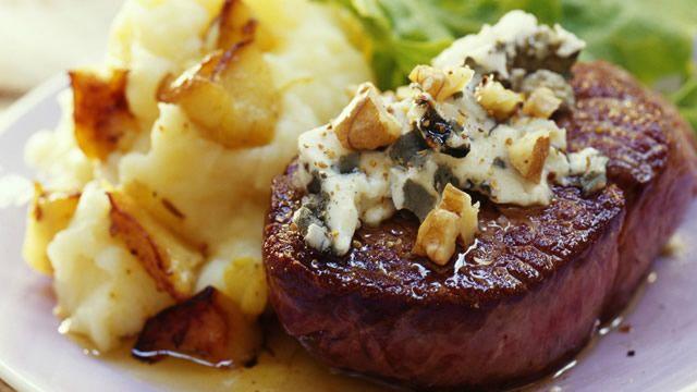 Pavé d'autruche, sauce roquefort et noix _ http://www.cuisineaz.com/dossiers/cuisine/plats-viandes-noel-14264.aspx