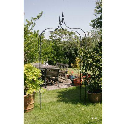 De gotische rozenboog weerspiegelt de Victoriaanse tuin. Geschikt om een toegang te maken tot je tuin of als blikvanger in jouw tuin. Geschikt voor klimrozen en clematis en overige klimplanten.  Je kunt deze boog uitbreiden tot loofgang. Vraag naar de mogelijkheden.