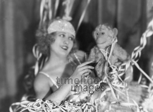 Silvesterbilder, Lee Pavry mit Äffchen, 1927/1928 ullstein bild - Badekow/Timeline Images #Feiern #Silvester #Neujahrsfeier #Neujahrstag #31.Dezember #Jahresende #Party #Brauchtum #historisch #schwarzweiß #historical #Nostalgie #nostalgisch #Partyoutfit  #vintage #skuriil #Affe #Äffchen #Tier #Prosten #hübsch #Party #newyearseve #Luftschlangen #1920er #1920ies