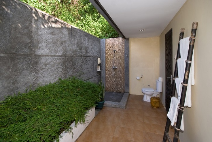 The semi-outdoor shower in the Cliffside Cottage