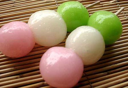 ... I never liked them in Japan. But now I'm suddenly craving for dango. They look so pretty like that. D: En tasty.