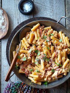 Man kan liksom ikke trå feil med pasta! Dvs, selvsagt kan du det om du overkoker pastaen. Slapp, seig overkokt pasta er det verste og helt unødvendig. Sett timeren til et minutt eller to mindre enn det det står anvist på pakken og sjekk om pastaen er al dente . Husk også at pastaen kommer [...]Read More...