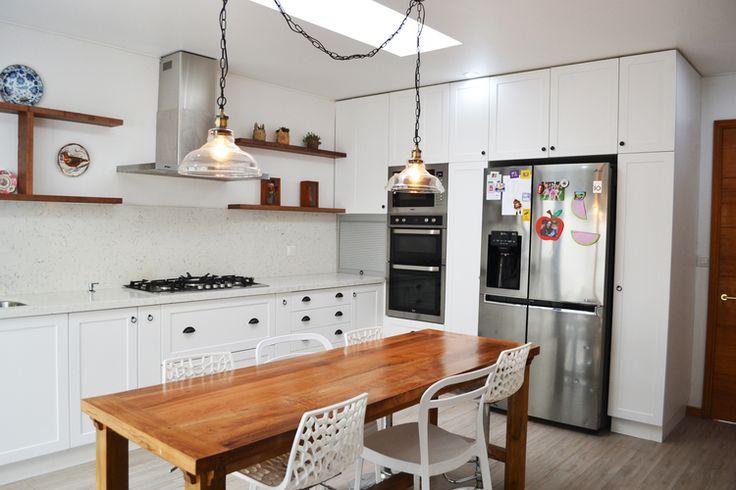 Salpicadero o respaldo de cocina de es la cubierta que sube por el muro, de cuarzo imitación mármol de Carrara - Cocina de Estudio Perímetro