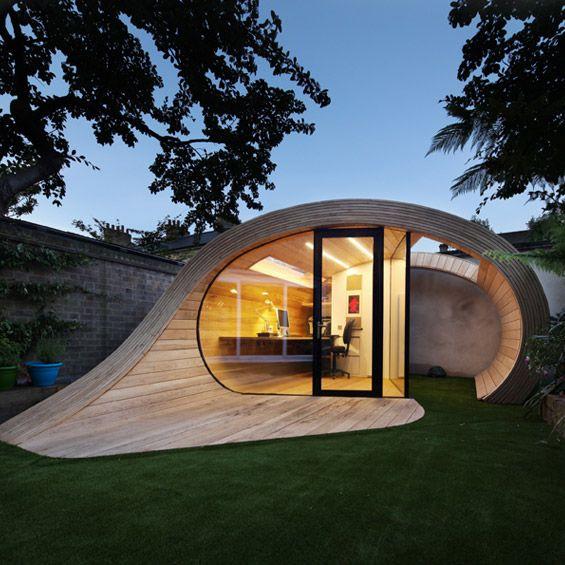 """Créé par l'agence Anglaise Platform 5 Architects, """"Shoffice"""" est un petit pavillon de jardin abritant un bureau et une remise dans le jardin..."""