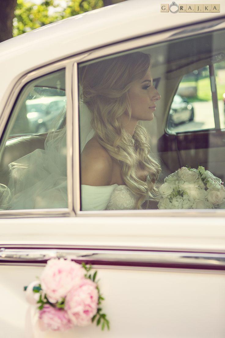 """Ten moment """"przed"""", to już za chwile, za momencik, wysiądzie z samochodu i do ołtarza poprowadzi ją ukochany tata...a teraz jeszcze te myśli i skupienie - to jest takie piękne! #inspiracje #weddingphoto #trendy #couple #slubneinspiracje #weselneinspiracje #welon #powiedzialamtak #powiedzialatak  #Slub #warszawa #Pannamloda #Panmlody #wedding #weddingdress #groom #bride #Gorajka #Zankyou #weddingplanner #slub #fotografslubny #najlepszyfotografslubny #weddingceremony #DiY #pannamloda…"""