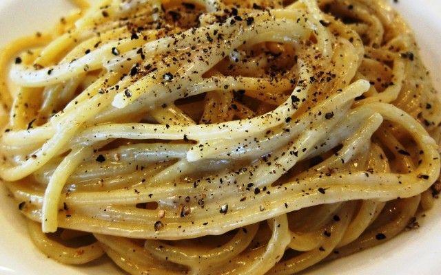 spaghetti cacio e pepe. o molho é feito com um queijo especial, o cacio, e pimenta do reino.
