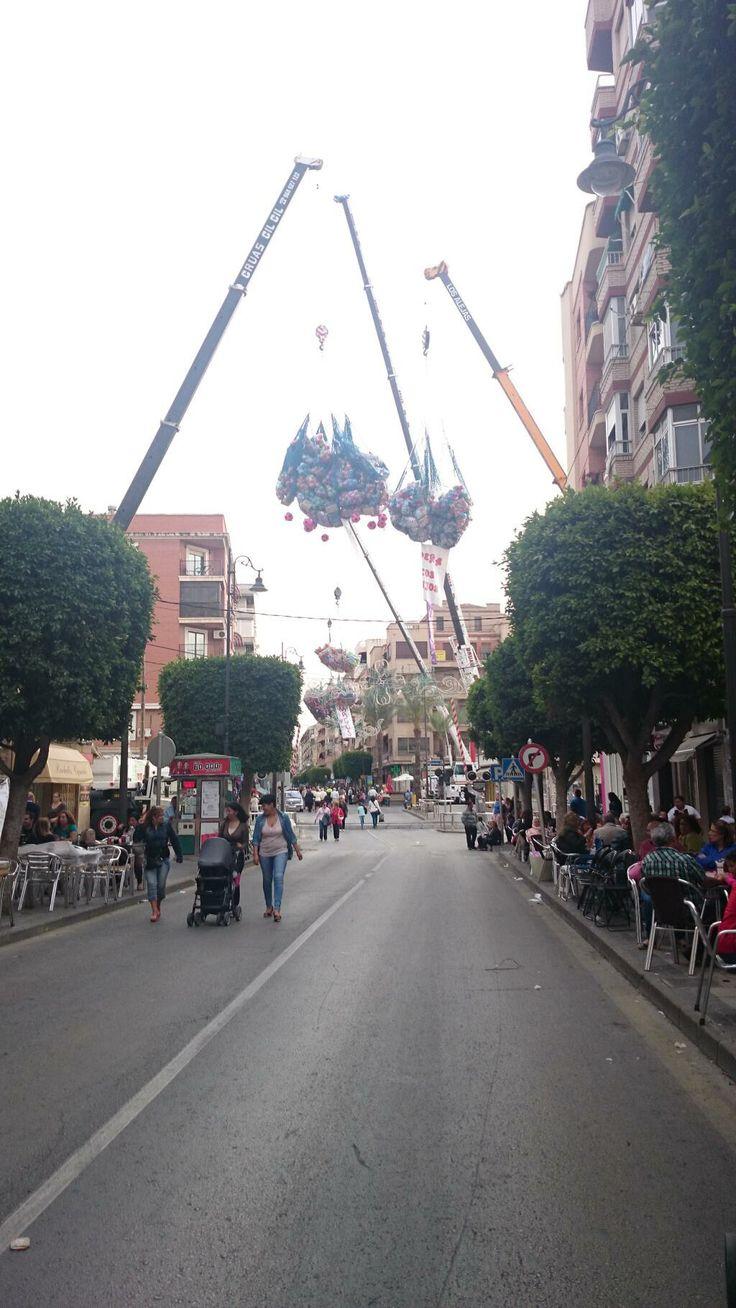 Las grúas llenas de balones y juguetes para repostar las carrozas en entrevias. #Alcantarilla #FiestasdelaBruja
