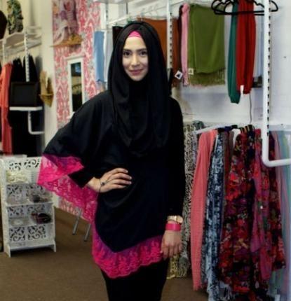 As roupas muçulmanas femininas seguem algumas regras que exigem que as partes intimas não sejam mostradas de maneira alguma. Como são mulheres o corpo deve ser coberto de cima até os pés, deixando apenas o rosto e as mãos de fora. As roupas também não podem trazer nenhuma transparência e não podem ser ajustadas ao …