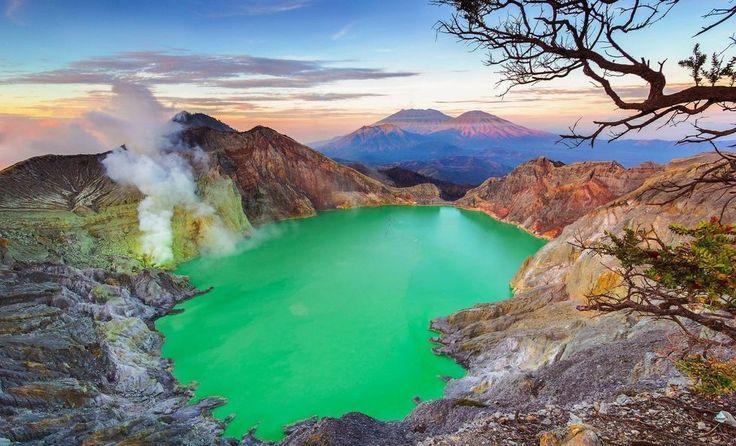 El lago ácido del cráter Ijen. Este de Java Indonesia.  No vale la pena comprobar la tempertura del agua ni lanzarte de cabeza en serio  Fot.: Budi Astawa #lago #lake #acido #acid #java #kawahijen #crater #indonesia