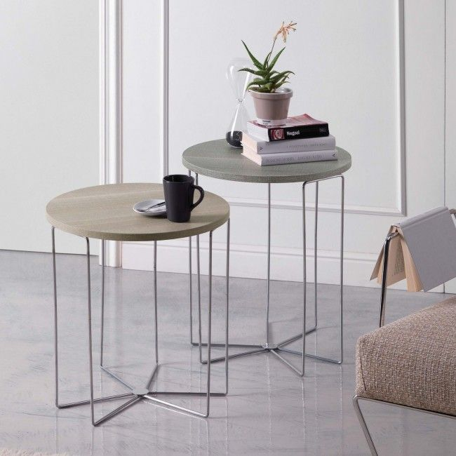 Tavolino rotondo metallo e legno Maconi Silver Wood - Articolo di design perfetto il living vicino al pouf o al divano. E' un tavolino rotondo con il piano il legno rivestito melaminico. Il piano in legno rivestito melaminico si appoggia su di una struttura a tubolari in metallo cromato.Il piano è disponibile in 5 diverse finiture. Il design evoca un'idea di leggerezza e inconsistenza mentre il piano in legno, al contrario, di robustezza e solidità.