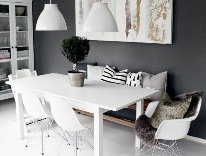 chaises-en-plastique-gris-pale-mur-noir-sol-en-lino-beige-gris-lustres-blancs