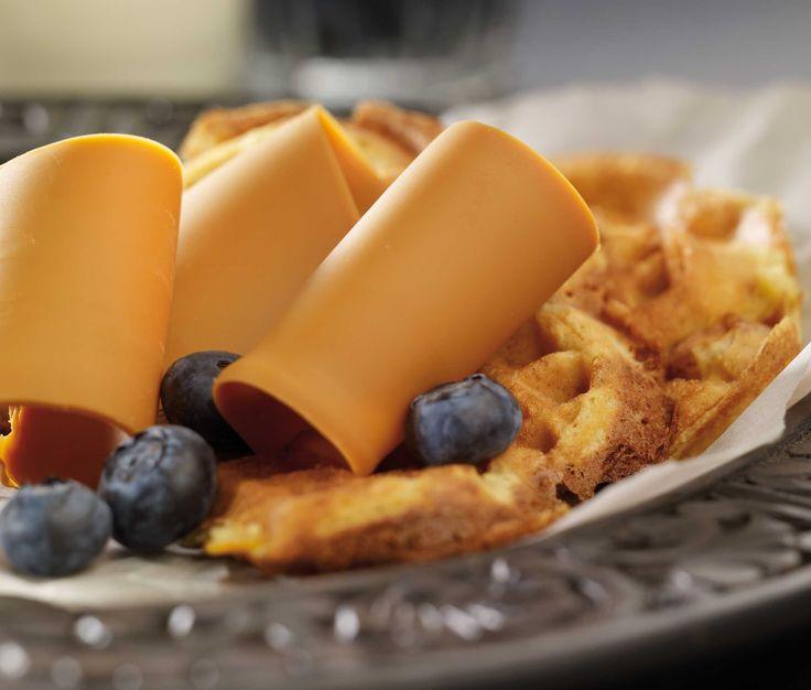 Litt grovere vafler med brunost og friske bær. Et supert alternativ til brød i matboksen.