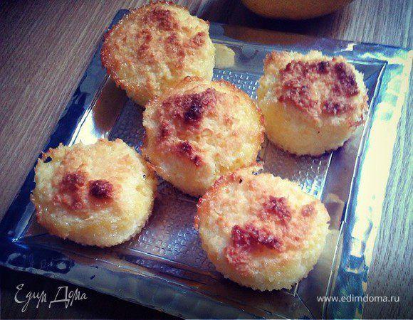 Маленькие кокосовые кексы. Ингредиенты: кокосовая стружка, сахар, яйца куриные