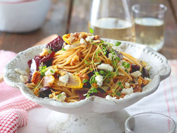 Unser beliebtes Rezept für Rote-Bete-Spaghetti mit Ziegenfrischkäse und Chicorée und mehr als 55.000 weitere kostenlose Rezepte auf LECKER.de.