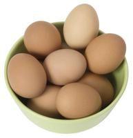 Síntomas de la alergia al huevo.-Los huevos son unos de los alimentos más desencadenantes de alergias en niños pequeños, aunque la mayor parte de ellos deja de ser alérgico a los cinco años de edad. Los adultos también pueden ser alérgicos a los huevos, aunque es poco frecuente. Evitar alimentos que contengan huevo puede ser difícil, ya que este ingrediente es muy común en muchos alimentos. Varios síntomas pueden alertar acerca de una posible alergia al huevo.