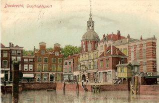 historie Dordrecht; aan het einde van de Voorstraathaven vinden we het Groothoofd. Hier is niet veel veranderd in de afgelopen eeuwen. gelukkig kunnen we nog steeds genieten van de oude trots van de stad. De brug die we aan de zijkant van de prent zien is de Boomburg. Deze is genoemd naar de draaiboom die hier de haven afsloot.