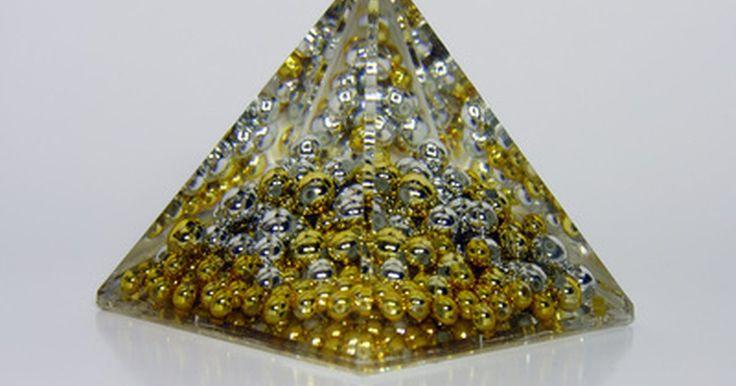 Técnicas para fundir resina transparente. Fundir resina transparente nada mais é que derramar a resina líquida em um molde, onde ela endurece, assumindo sua forma. Há vários tipos de resina transparente, inclusive a epóxi e a de poliéster. Cuidado ao selecionar uma, pois há algumas que não são destinadas à fundição. Algumas mantêm uma superfície pegajosa mesmo quando endurecidas, e ...