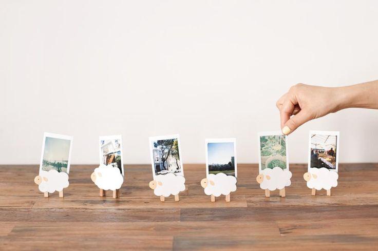 ひつじのカードスタンド。木製ピンチを逆さにして立たせてみると、かわいいカードスタンドに。/手作り文房具(「はんど&はあと」2013年8月号)
