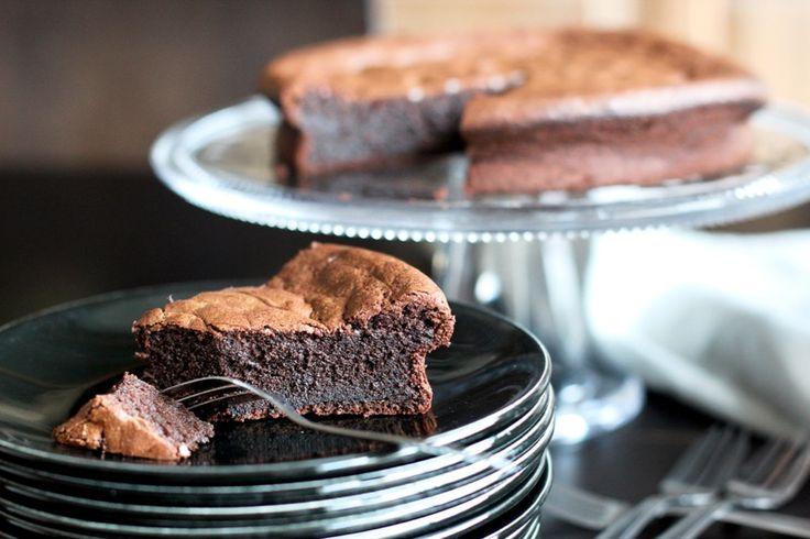 Découvrez ma recette magique de gâteau au chocolat Thermomix ! Sa texture est incroyable et ravira à coup sûr petits et grands ! - Lyse de Yummix