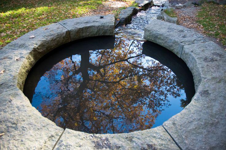 Wer einen Brunnentrog selber bauen möchte, hat unterschiedliche Gestaltungsmöglichkeiten. Welche Materialien sich eignen, lesen Sie hier.