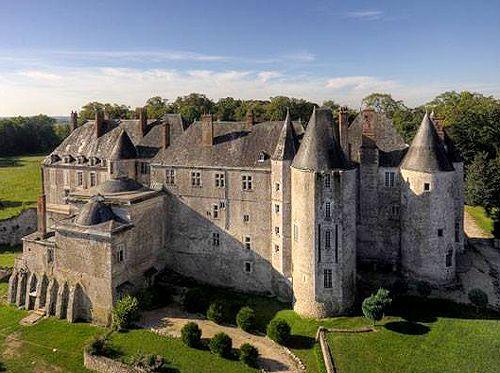 Château de Meung-sur-Loire,. Le Château de Meung-sur-Loire était la résidence à la campagne des Évêques d'Orléans. Au-dessous du château sont des cachots(donjons), une chapelle et des instruments de torture médiévaux divers. Dans la fiction, il a été représenté(disposé de) par Alexandre Dumas dans les Trois Mousquetaires comme le village où d'Artagnan de premières rencontres Comte de Rochefort infâme.