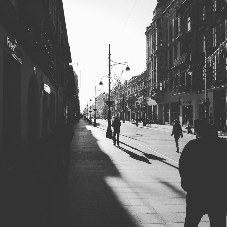Dwie strony mocy #light #dark #sun #street #people #town #city #walk