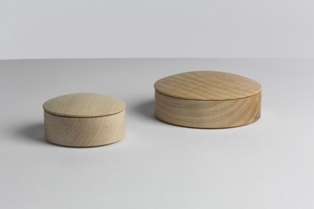 Lens Box, stackable  Price from 99,00 DKK WRONG FOR HAY DESIGN BY Thomas Jenkins  Desktop storage boxes.  MATERIALS Glass, cork, solid maple  DIMENSIONS Box (base+lid): S: Ø 10 x H 5 cm M: Ø 14 x H 5,5 cm COLOURS Clear glass (lid only) Natural cork Natural maple  Free delivery.